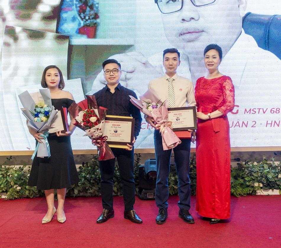 Hình ảnh Trao Bằng Khen Và Tặng Quà Lưu Niệm Cho Các Tvtc